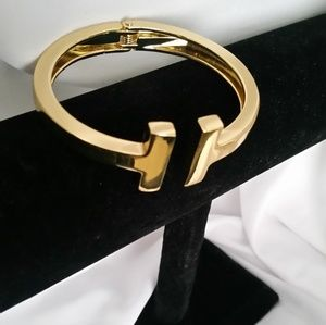 NEW! Gold tone bangle
